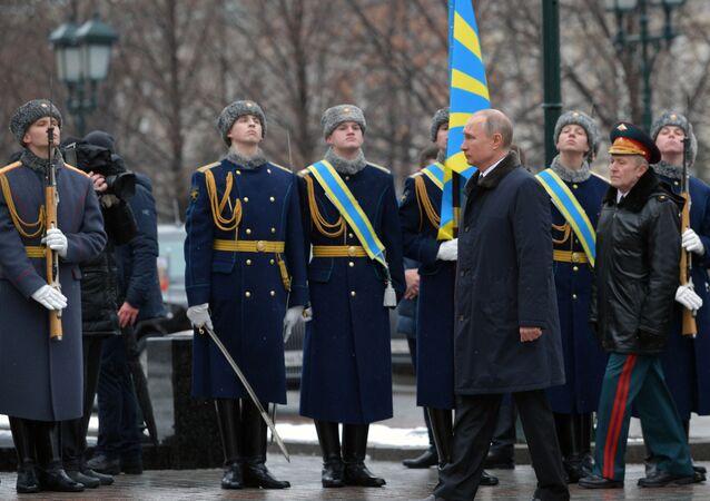 Władimir Putin składa kwiaty na grobie nieznanego żołnierza z okazji Dnia Obrońcy Ojczyzny