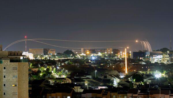 Izraelski system obrony powietrznej Żelazna Kopuła odpala rakiety przechwytujące w Aszkelonie - Sputnik Polska