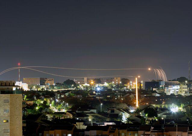 Izraelski system obrony powietrznej Żelazna Kopuła odpala rakiety przechwytujące w Aszkelonie