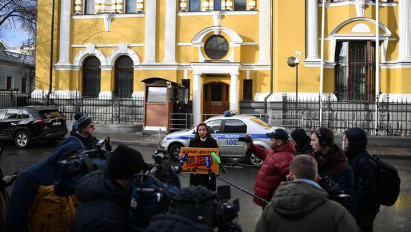 Szefowa Sputnik Estonia Jelena Czeryszewa pikietuje przed budynkiem ambasady Estonii w Moskwie - Sputnik Polska