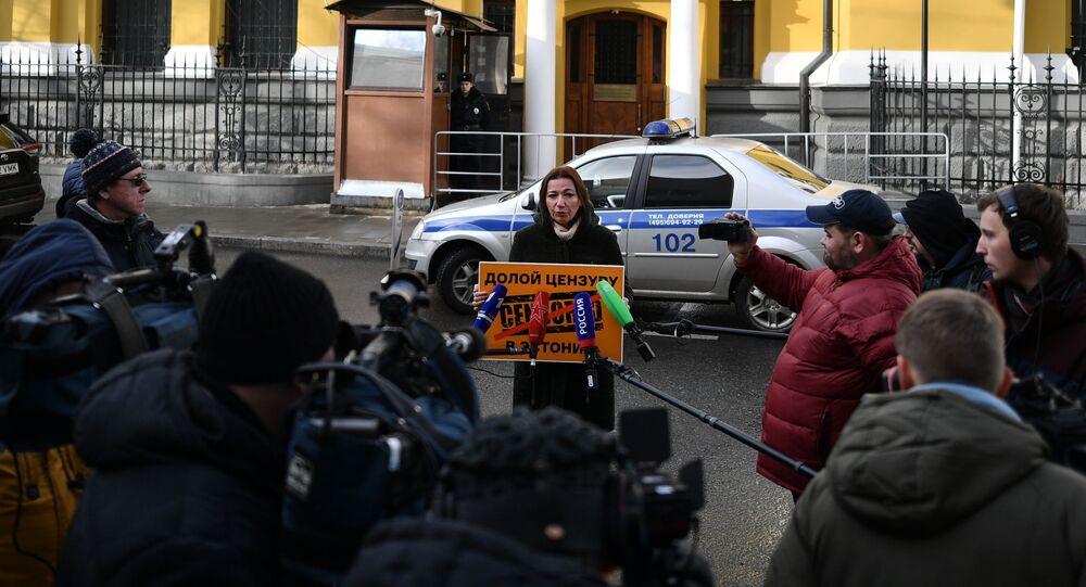 Szefowa Sputnik Estonia Jelena Czeryszewa pikietuje przed budynkiem ambasady Estonii w Moskwie