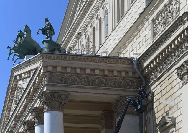 Widok na rzeźbę na fasadzie Teatru Wielkiego w Moskwie