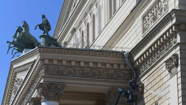 Widok na rzeźbę na fasadzie Teatru Wielkiego w Moskwie - Sputnik Polska