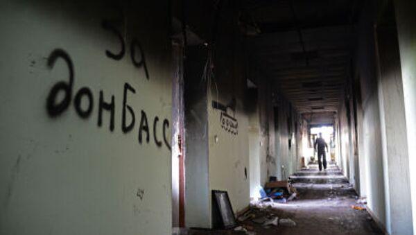 Napis na murze w podpalonym budynku rady miejskiej w Mariupolu  - Sputnik Polska