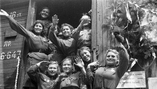 Zwolnione z wojska dziewczęta wracająca z Niemiec na ojczyznę - Sputnik Polska