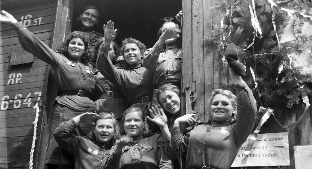 Zwolnione z wojska dziewczęta wracająca z Niemiec na ojczyznę
