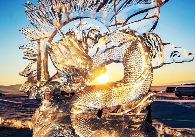 Lodowa rzeźba, stworzona w ramach festiwalu Olkhon Ice Fest