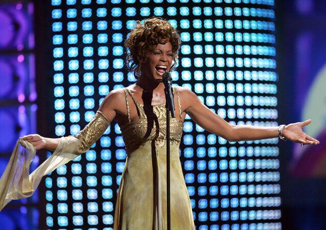 Piosenkarka Whitney Houston w czasie wystąpienia na rozdaniu nagród World Music Awards w 2004 roku