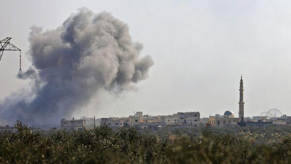 Dym po odparciu ataku bojowników w rejonie wioski Neyrab w prowincji Idlib - Sputnik Polska