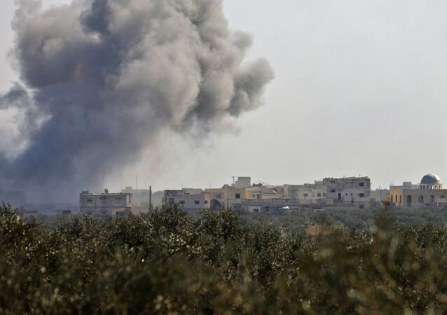 Dym po odparciu ataku bojowników w rejonie wioski Neyrab w prowincji Idlib