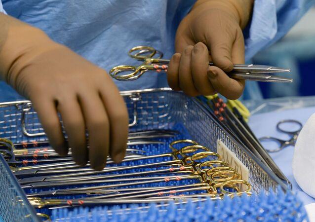 Lekarz przygotowuje się do operacji