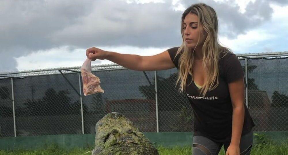 Dziewczyna karmi aligatora