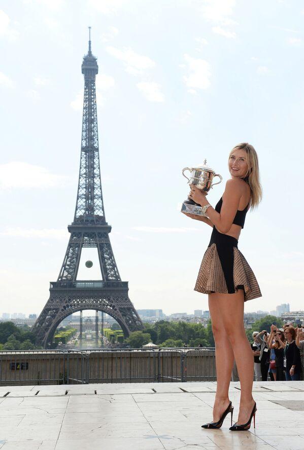 Marija Szarapowa z pucharem Roland Garros w Paryżu, 2014 rok - Sputnik Polska