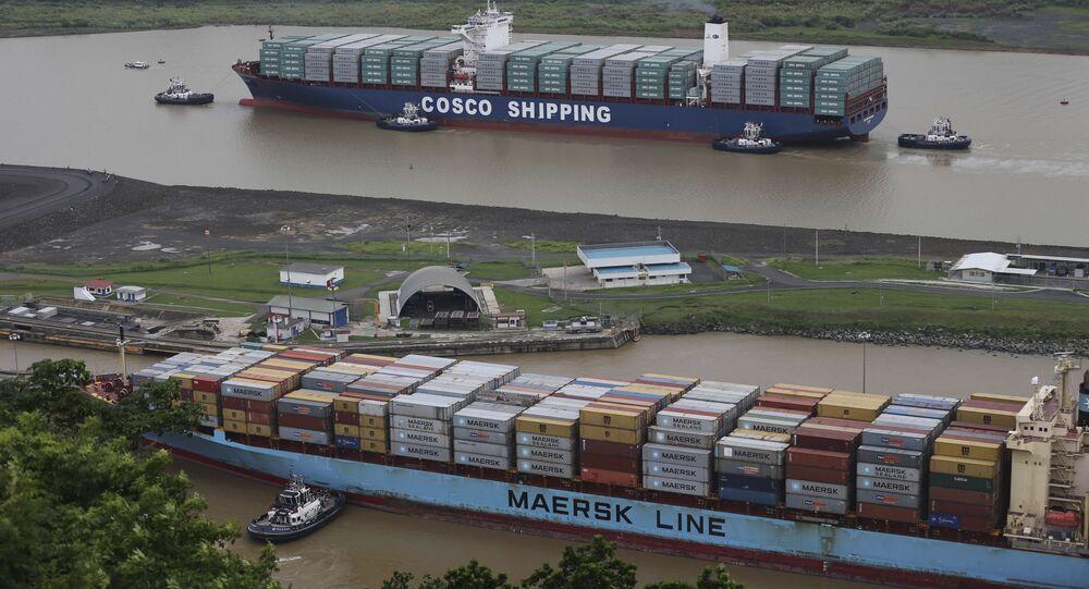 Statki handlowe firm COSCO i Maersk