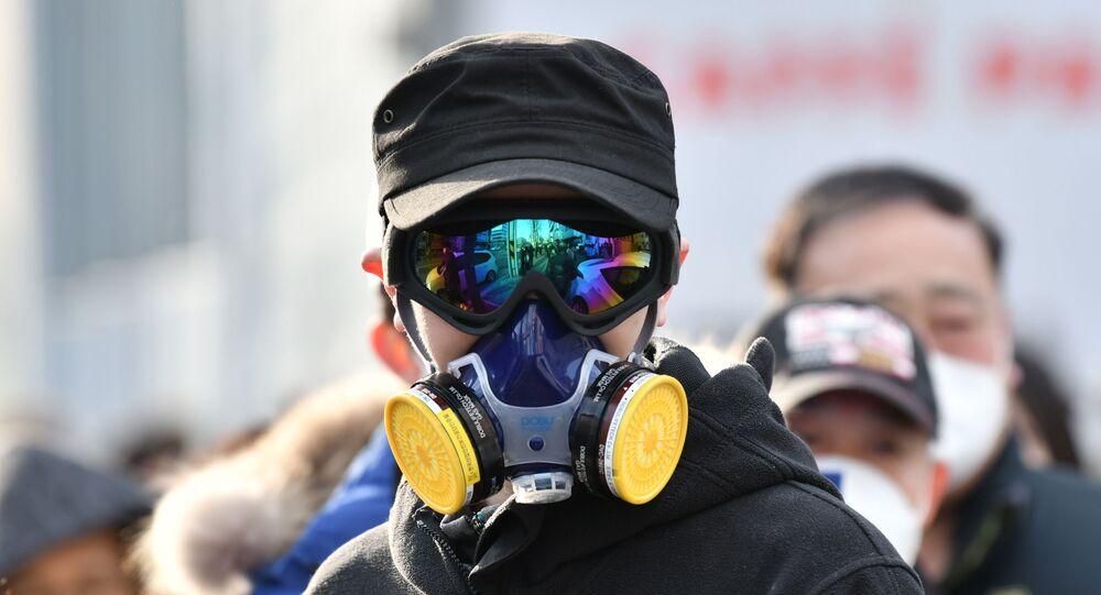 Mężczyzna w masce ochronnej