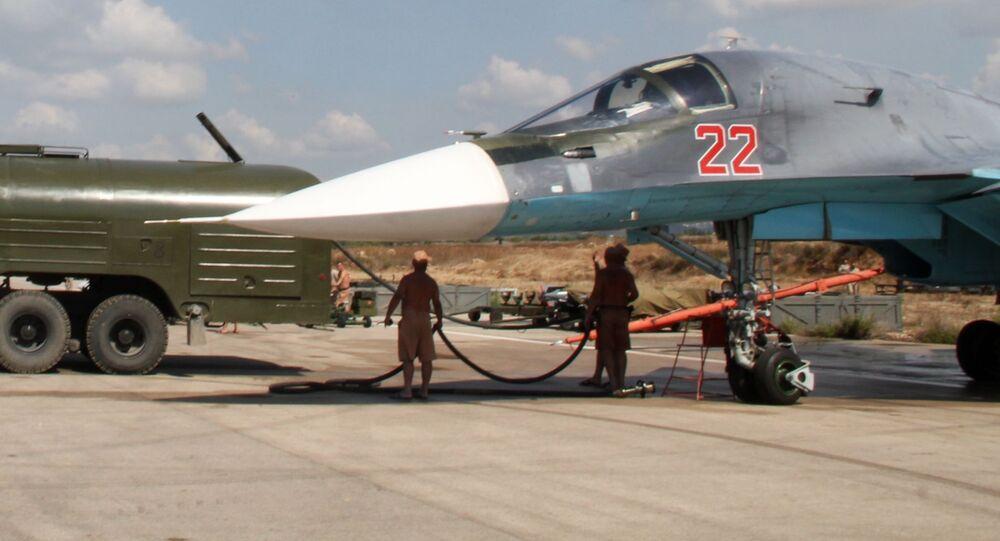 Tankowanie Rosyjski samolot myśliwskiego-bombowca Su-34 przed wylotem do bazy lotniczej Hmeymim w Syrii
