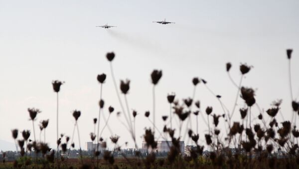 Rosyjskie myśliwce Su-25 w niebie nad bazą lotniczą Hmeimim w Syrii - Sputnik Polska