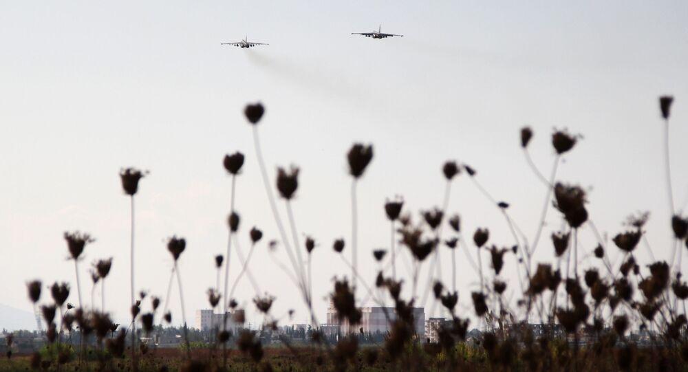 Rosyjskie myśliwce Su-25 w niebie nad bazą lotniczą Hmeimim w Syrii