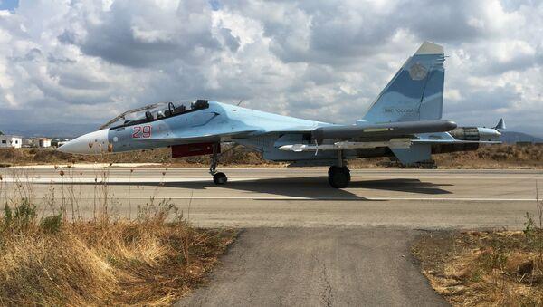 Rosyjski myśliwiec Su-30 w bazie lotniczej Hmelmin w Syrii - Sputnik Polska