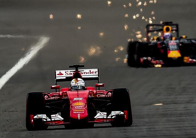 Wyścig wygrał kierowca zespołu Mercedes Lewis Hamilton. Drugie miejsce zajął Sebastian Vettel z Ferrari, a trzecie – Sergio Pérez z Force India. Na zdjęciu od lewej do prawej: kierowca z zespołu Ferrari  Sebastian Vettel i Daniel Ricciardo z zespołu Red Bull.