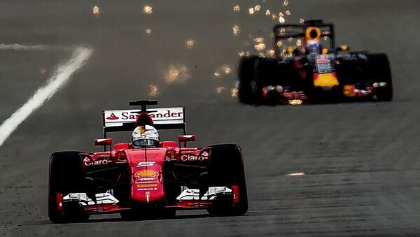 Wyścig wygrał kierowca zespołu Mercedes Lewis Hamilton. Drugie miejsce zajął Sebastian Vettel z Ferrari, a trzecie – Sergio Pérez z Force India. Na zdjęciu od lewej do prawej: kierowca z zespołu Ferrari  Sebastian Vettel i Daniel Ricciardo z zespołu Red Bull. - Sputnik Polska