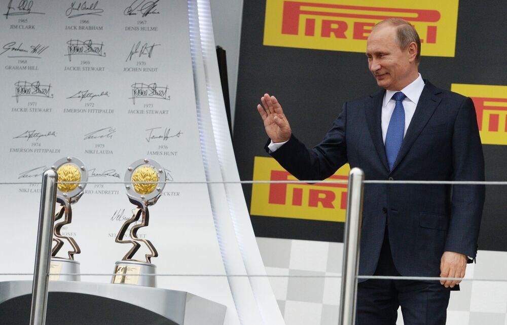 Prezydent Rosji Władimir Putin przed ceremonią wręczenia nagród zwycięzcom rosyjskiego etapu Formuły 1.