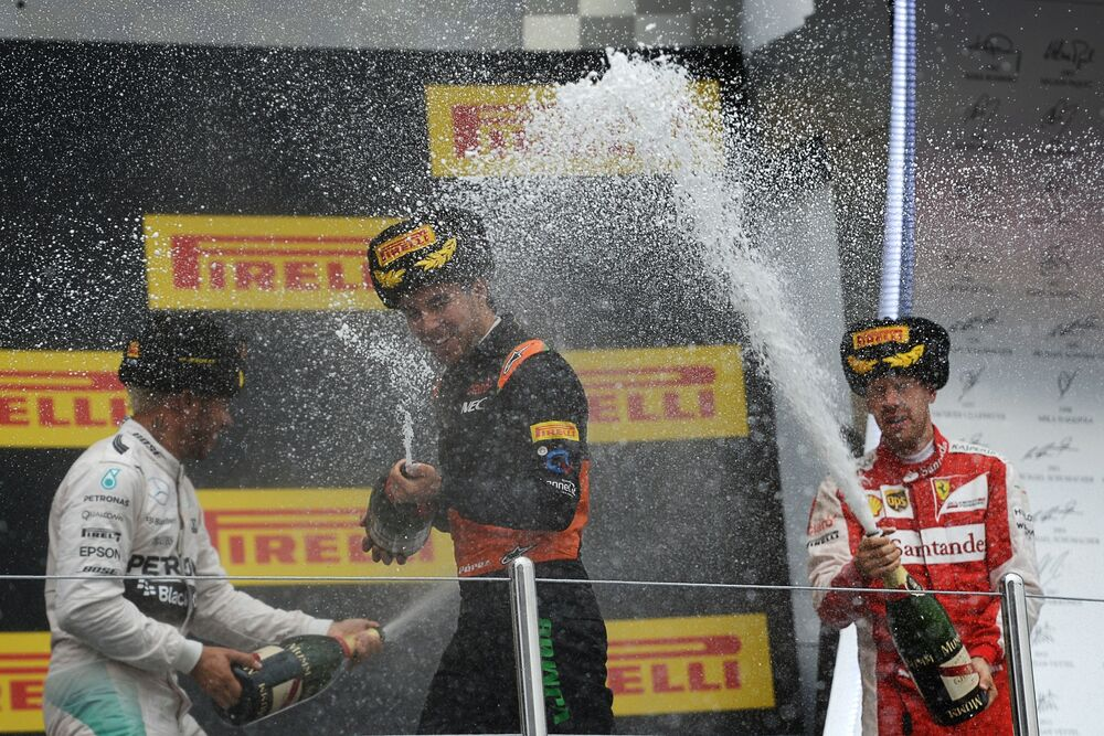 """Zwycięzcy Grand Prix Rosji Formuły 1 podczas wręczania nagród (od lewej do prawej): kierowca z zespołu Mercedes Lewis Hamilton (I miejsce), Sergio """"Checo"""" Pérez z Force India (III miejsce), Sebastian Vettel z Ferrari (II miejsce)."""