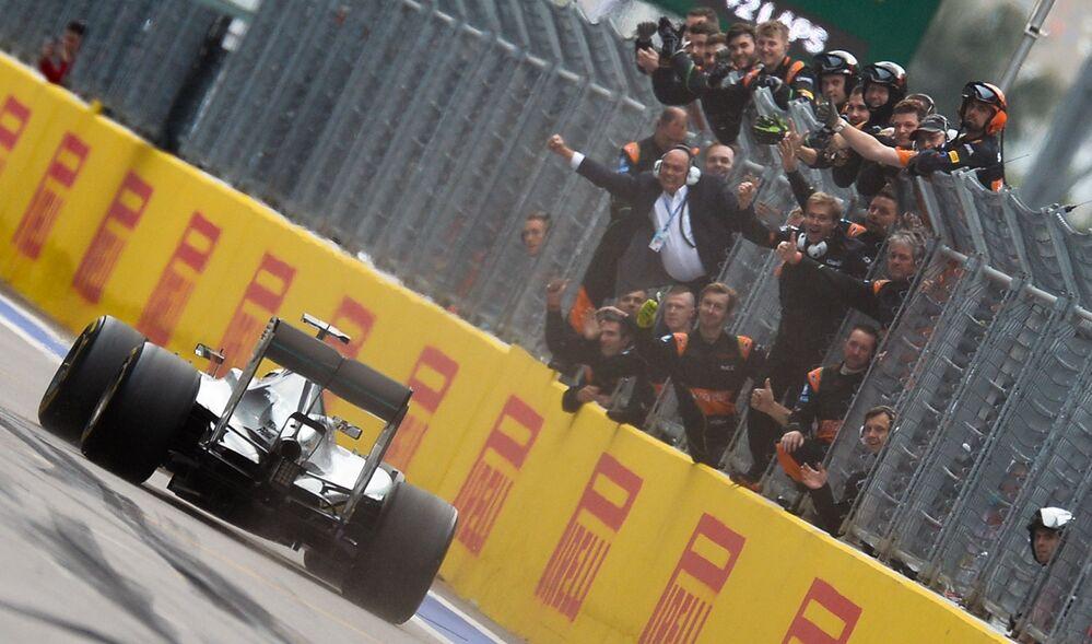 Zwycięski finisz kierowcy Mercedesa Lewisa Hamiltona.