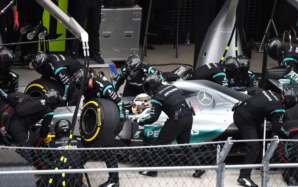 Pit-stop zespołu Mercedesa  Lewisa Hamiltona podczas wyścigu Formuły 1.