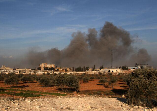 Kłęby dymu unoszące się po nalocie w pobliżu tureckiego wojskowego punktu obserwacyjnego pomiędzy północno-zachodnim syryjskim miastem Idlib a sąsiednim miastem Qaminas