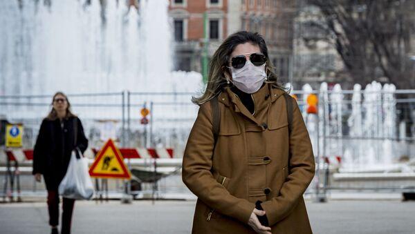 Kobieta w masce chirurgicznej, Włochy - Sputnik Polska