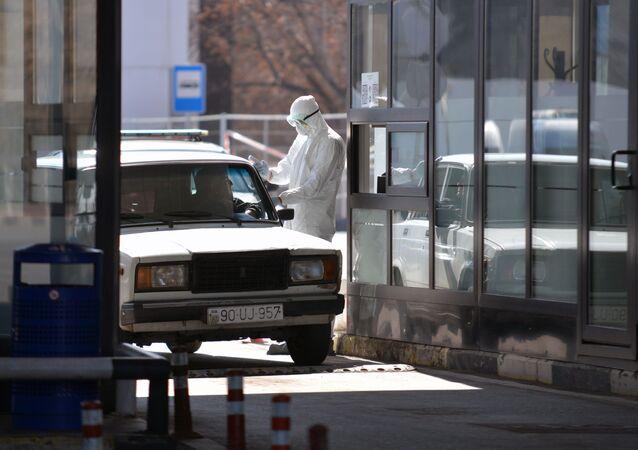 Sprawdzanie kierowcy za pomocą kamery termowizyjnej pod kątem gorączki na granicy Gruzji i Azerbejdżanu