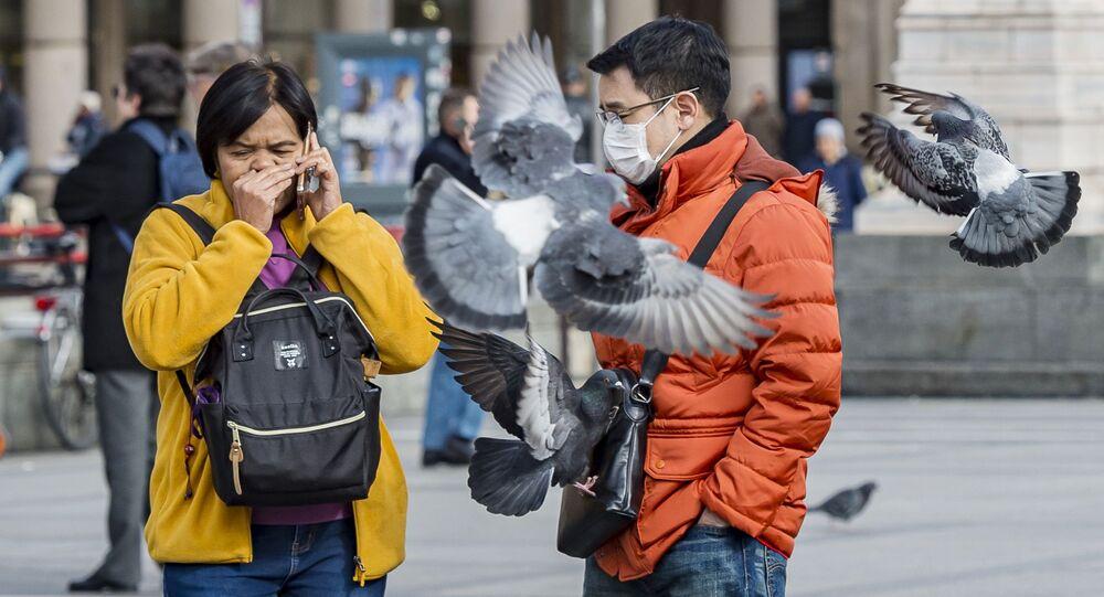 Turyści w maskach ochronnych w Mediolanie