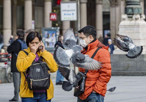 Turyści w maskach ochronnych w Mediolanie - Sputnik Polska
