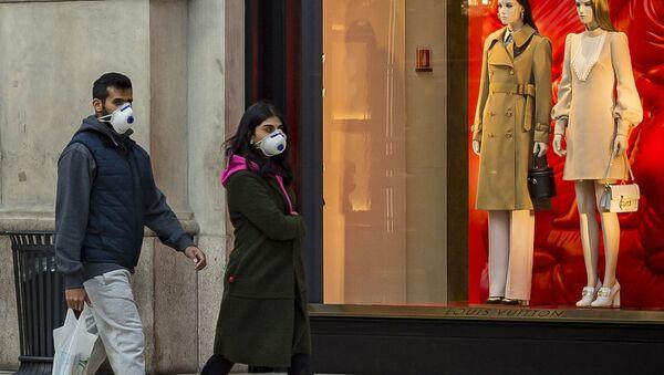 Ludzie w maskach na ulicy w Mediolanie - Sputnik Polska