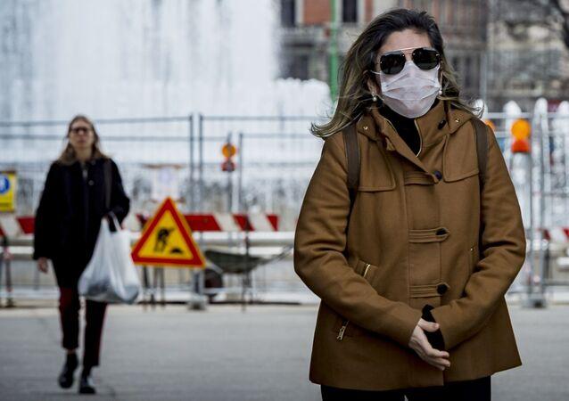 Kobieta w masce chirurgicznej, Włochy