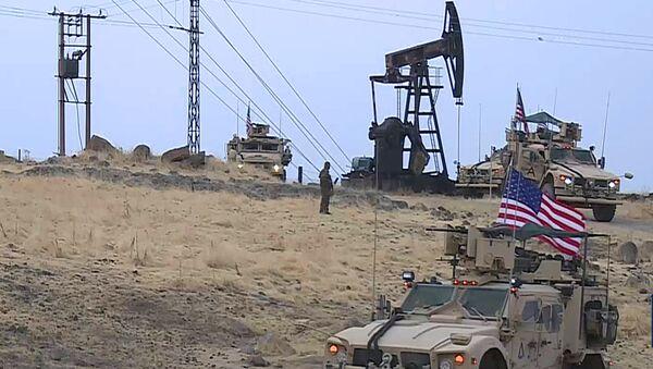Amerykański patrol wojskowy na złożu ropy naftowej w Syrii. - Sputnik Polska