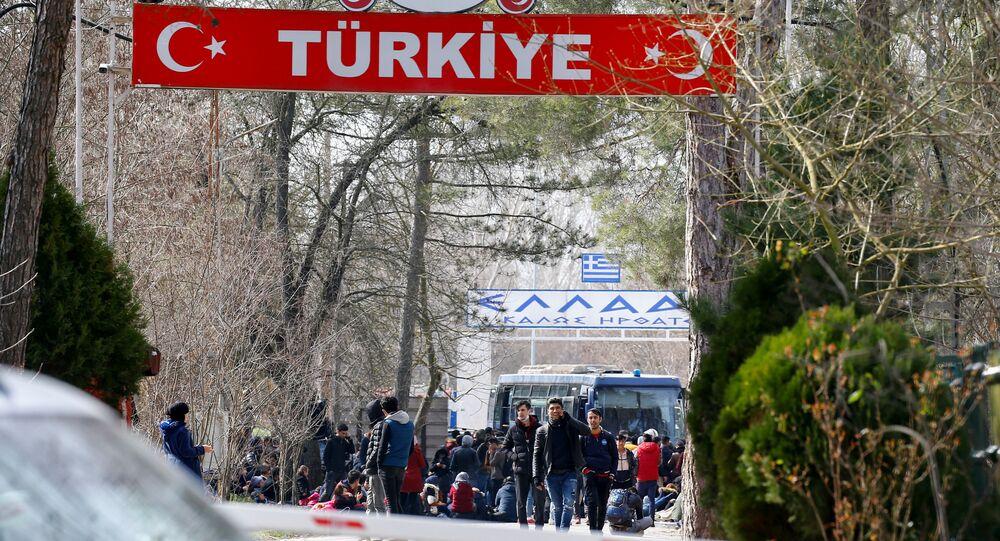 Migranci na przejściu granicznym Pazarkule w Turcji.