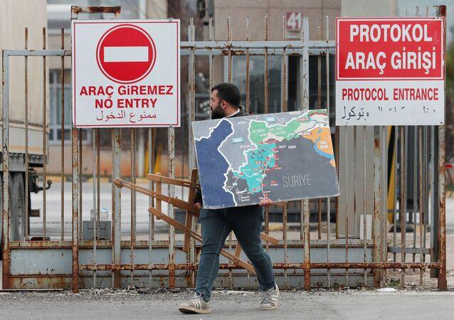 Syryjczyk wjeżdża do Turcji przez bramę graniczną Chilvegozu, położoną naprzeciwko syryjskiego komercyjnego punktu kontrolnego Bab al-Hawa.