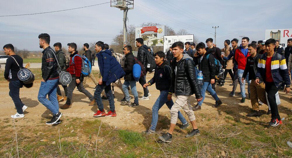 Migranci udają się na przejście graniczne Pazarkule w Turcji.