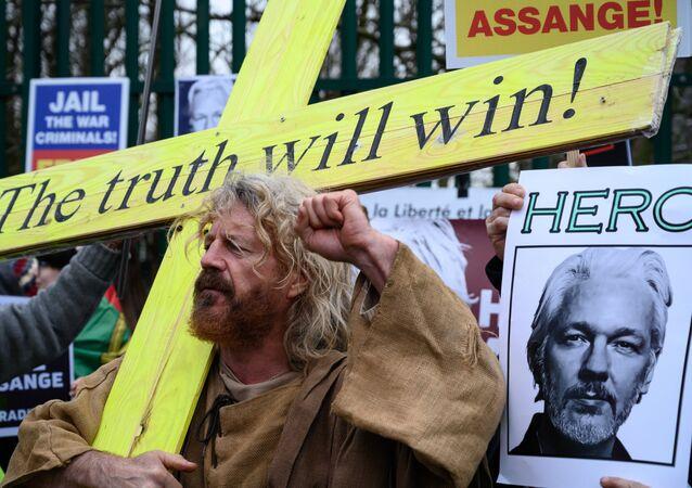 Akcja wspierająca Assange'a w Londynie.
