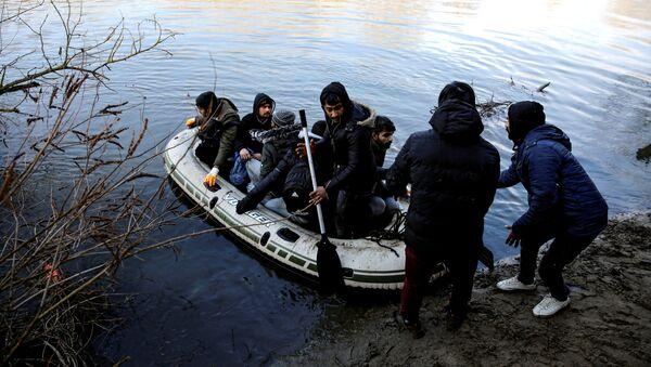 Uchodźcy w tureckiej prowincji Edirne, sąsiadującej z Grecją. - Sputnik Polska
