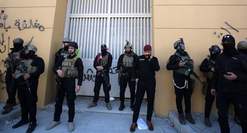 """Siły bezpieczeństwa Iraku obok amerykańskiej ambasady w """"zielonej strefie."""