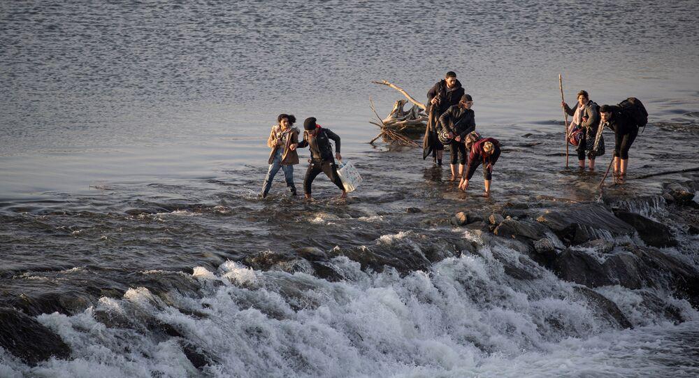 Migranci przekraczają rzekę Marica w Turcji.