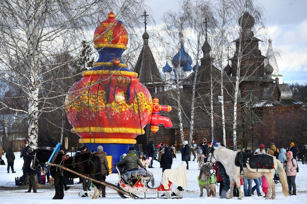 Uczestnicy obchodów Maslenicy w Suzdalu