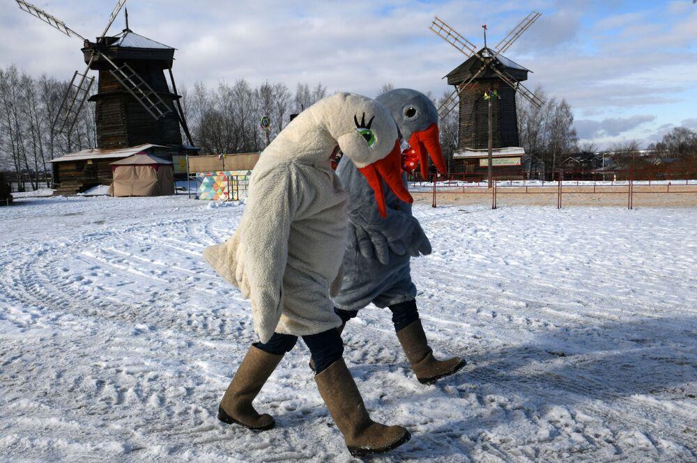 Animatorzy w kostiumach podczas Maslenicy w Suzdalu