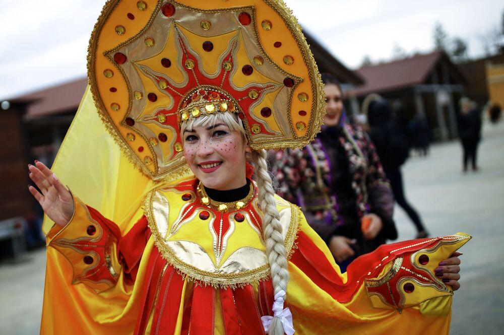 Uczestniczka obchodów Maslenicy w winnicy we wsi Mołdawiankoje, Kraj Krasnodarski