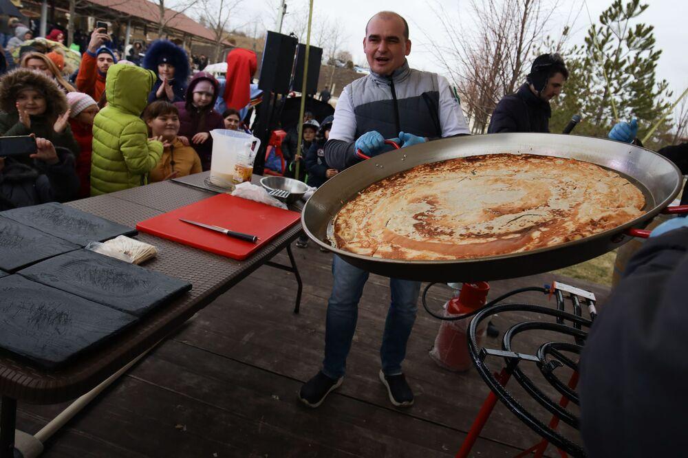 Gigantyczny blin upieczony podczas Maslenicy w okolicach Kraju Krasnodarskiego