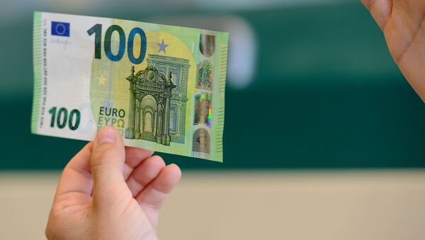Мужчина с купюрой 100 евро  - Sputnik Polska