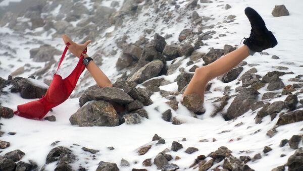 Atrapa kobiety przysypanej śniegiem - Sputnik Polska